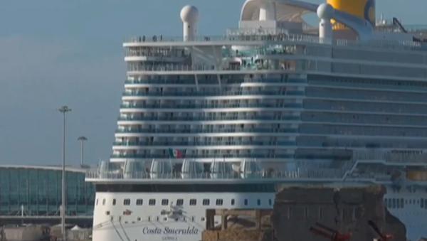 Loď s více než 6 tisíci lidí je zablokována v Itálii kvůli podezření nákazy osob koronavirem  - Sputnik Česká republika