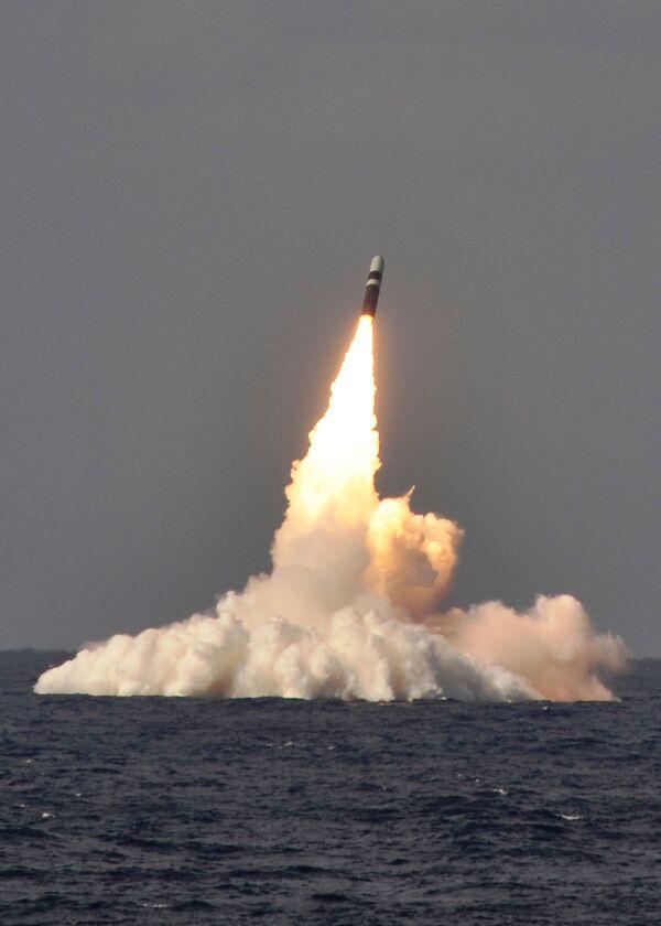 Americká ponorka USS West Virginia třídy Ohio odpaluje balistickou raketu Trident II D-5. - Sputnik Česká republika