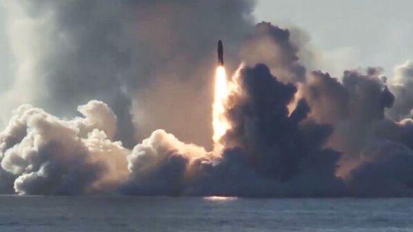 Ruská atomová ponorka Jurij Dolgorukij třídy Borej odpaluje balistickou střelu Bulava v Bílém moři. - Sputnik Česká republika