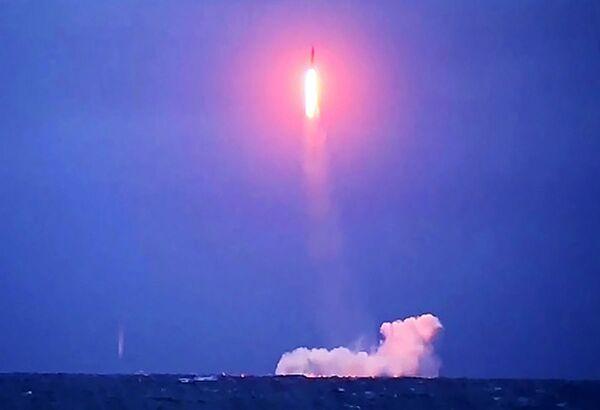 Ruská atomová ponorka Verchoturje projektu 667BDRM odpaluje balistickou střelu Siněva. - Sputnik Česká republika
