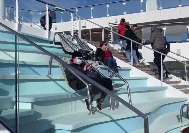 Cestující na lodi Costa Smeralda v italském přístavu Civitavecchia