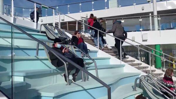 Cestující na lodi Costa Smeralda v italském přístavu Civitavecchia - Sputnik Česká republika