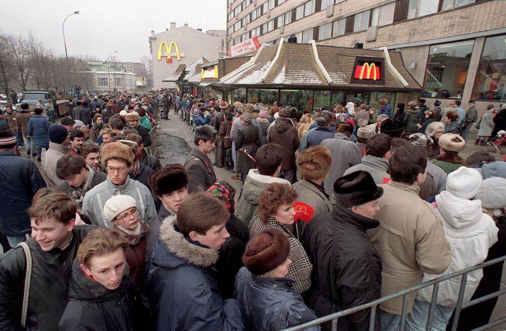 Aby se dostali k vytouženým americkým hamburgerům, museli si obyvatelé Moskvy vystát dlouhou frontu. V časných raných hodinách před vchodem čekalo přes 5 tisíc lidí. Celkem bylo 31. ledna obslouženo 30 tisíc lidí.