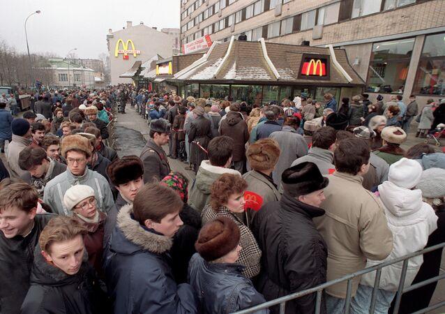 Fronta do prvního McDonaldu v Moskvě