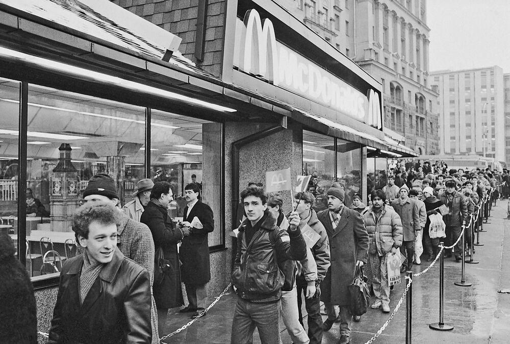 První restaurace McDonald's v Rusku byla otevřena na moskevském Puškinově náměstí.