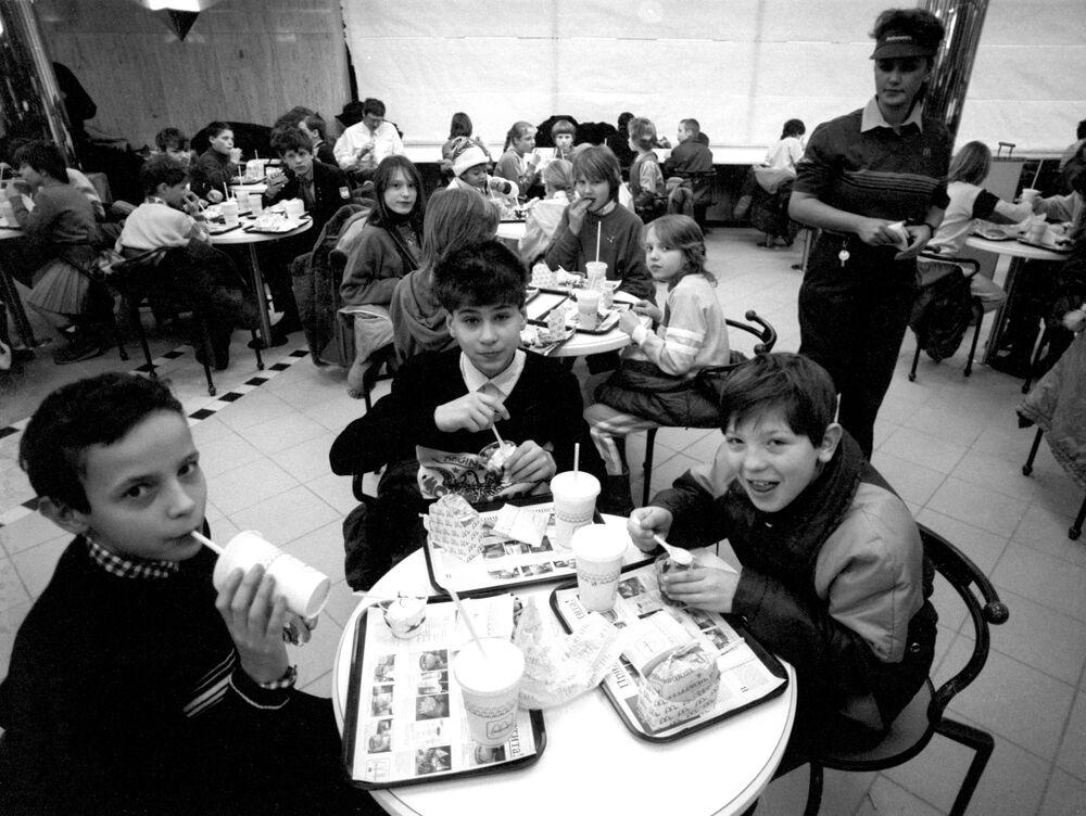 Vedení restaurace McDonald's organizovalo obědy zdarma pro děti z dětských domovů.