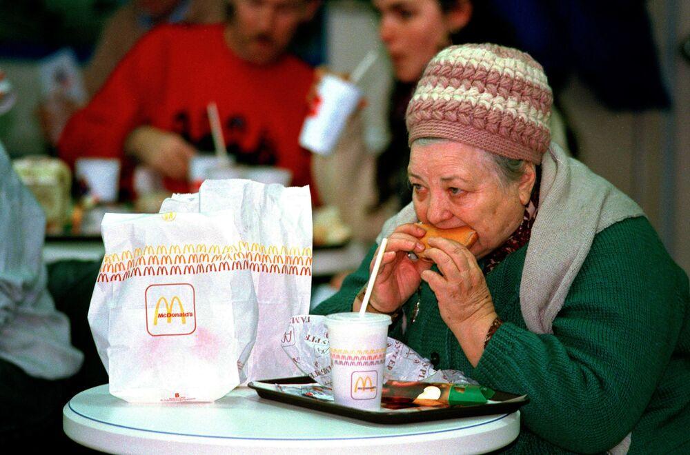 "Ruská ""bábuška"" ochutnává hamburger."