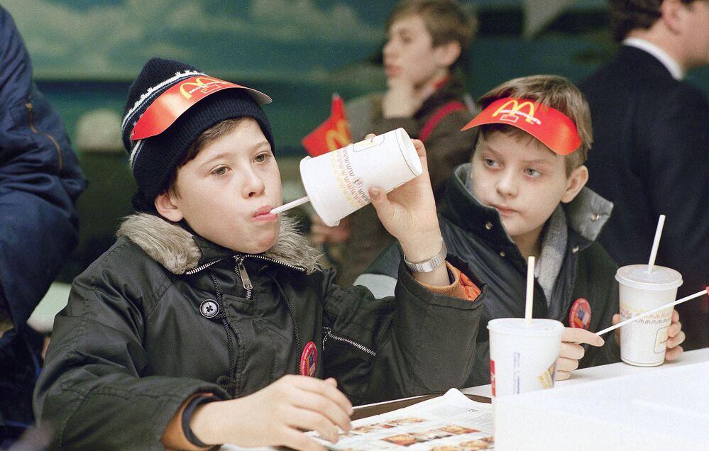První návštěvníci ochutnávají dobroty v nově otevřené restauraci McDonald's v Moskvě.