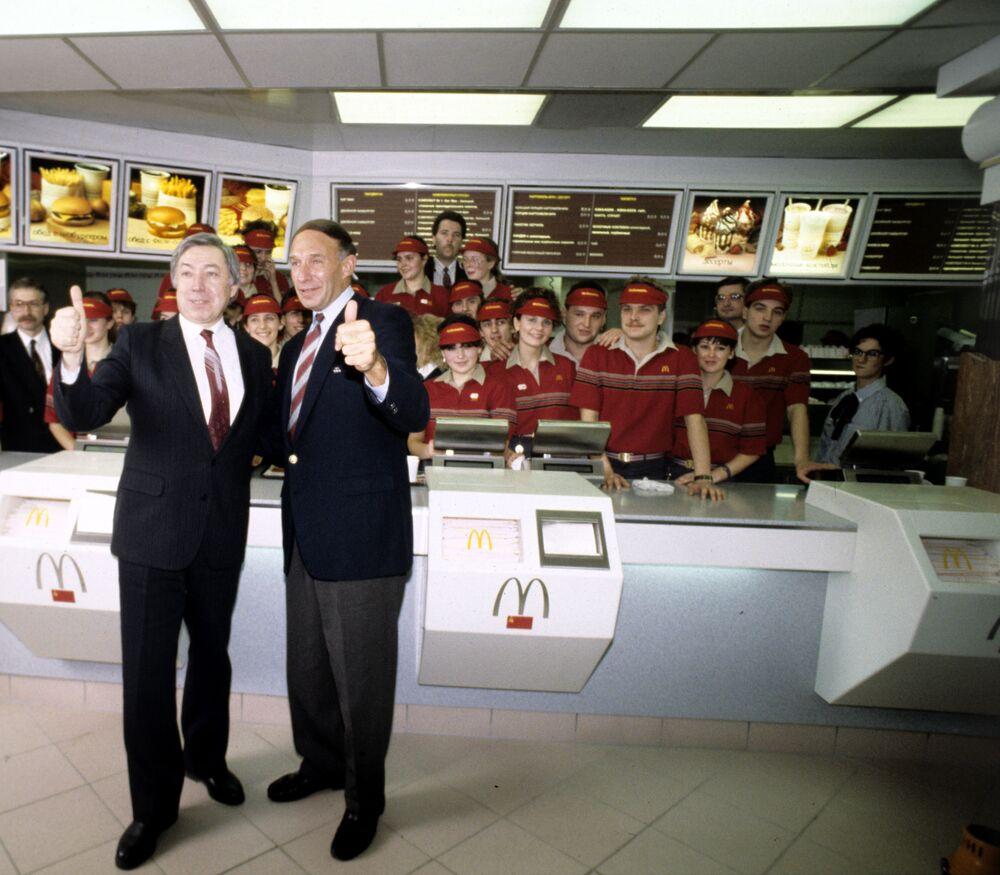 Ředitel a předseda správní rady první restaurace McDonald's v Rusku Vladimir Malyšov a zástupce ředitele restaurace McDonald's George Cohon.