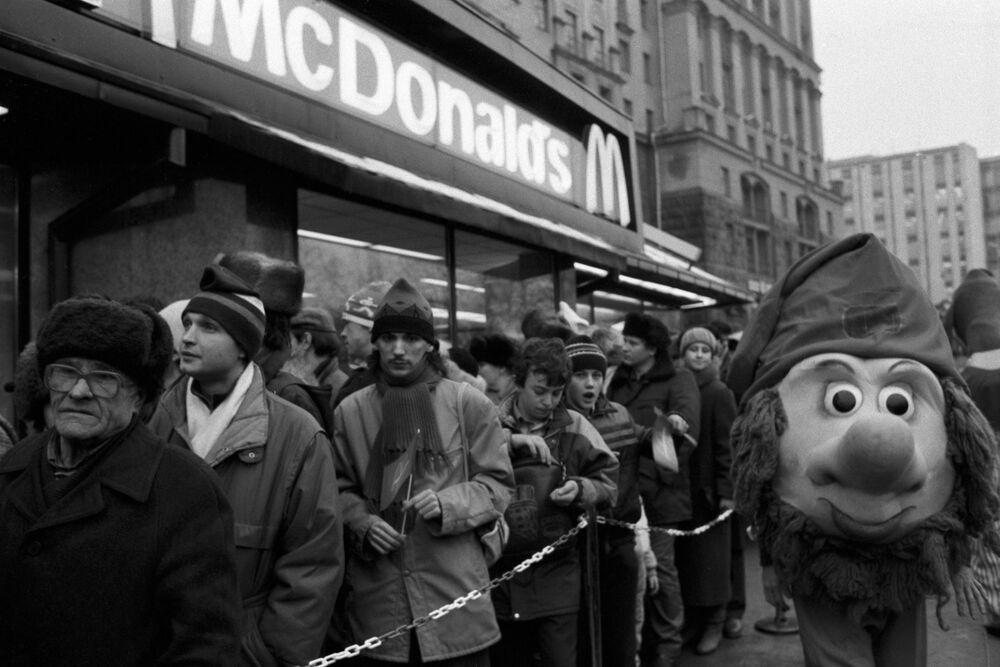 Fronta do první restaurace McDonald's v Rusku.