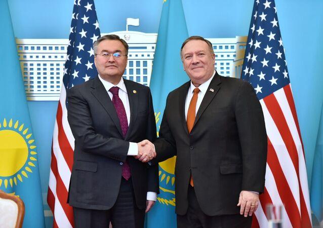 Ministr zahraničí Kazachstánu Muchtar Tleuberdi a ministr zahraničí USA Mike Pompeo