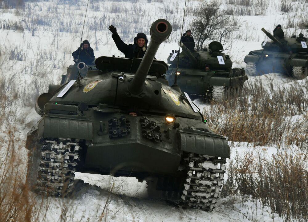 Sovětský těžký tank IS-3 při ukázkovém odjezdu obrněné techniky v Přímořském kraji