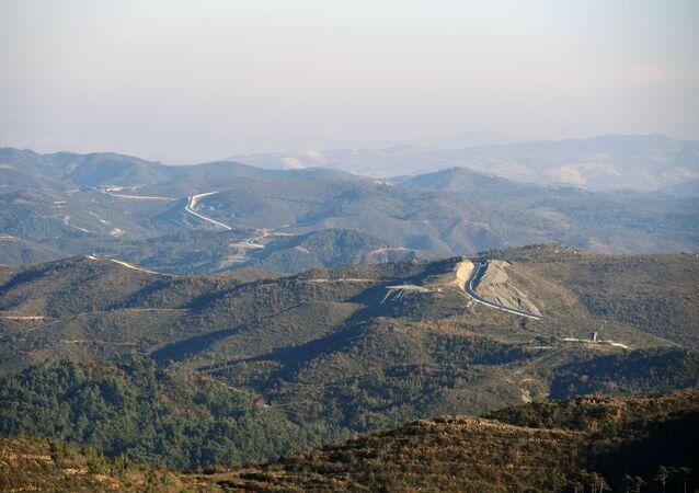 Betonová zeď, kterou postavilo Turecko na hranici se Sýrií v provincii Latákie