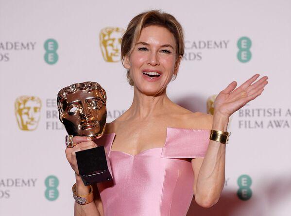 Herečka Renée Zellweger s oceněním na červeném koberci při předávání cen BAFTA v Londýně - Sputnik Česká republika