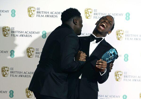 Herci Daniel Kaluuya a Michael Ward s oceněním na červeném koberci BAFTA v Londýně - Sputnik Česká republika