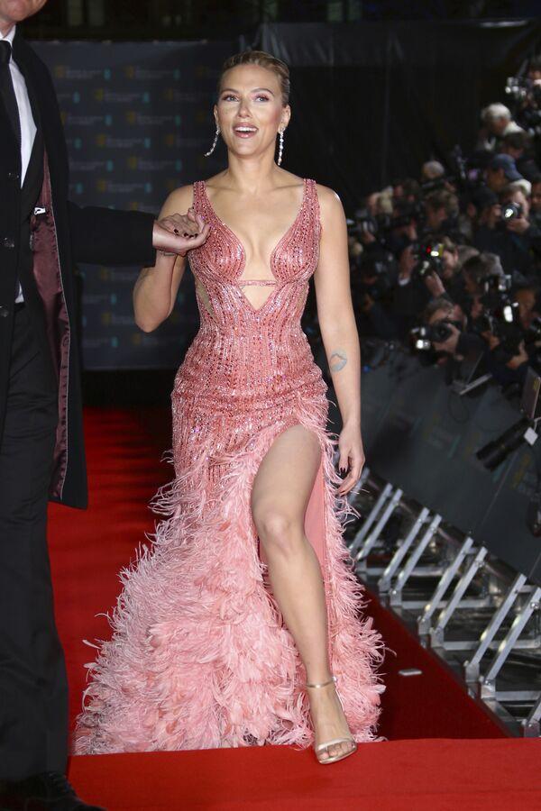 Herečka Scarlett Johanssonová na červeném koberci BAFTA Award v Londýně - Sputnik Česká republika