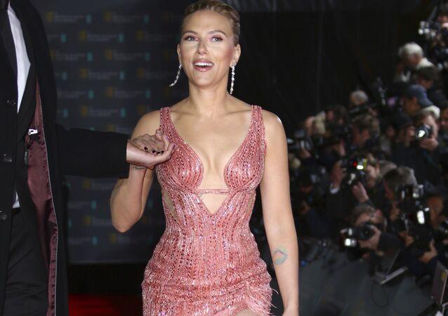 Herečka Scarlett Johanssonová na červeném koberci BAFTA Award v Londýně