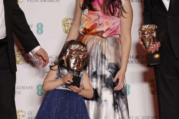 Herečka s oceněním na červeném koberci při předávání cen BAFTA v Londýně - Sputnik Česká republika