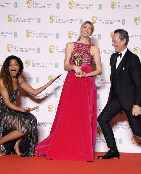 Herečka Laura Dernová s oceněním na červeném koberci při předávání cen BAFTA v Londýně - Sputnik Česká republika