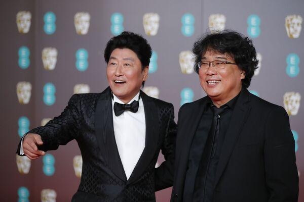 Herec Song Kang-ho a filmový režisér Pon Džun-ho na červeném koberci BAFTA v Londýně - Sputnik Česká republika