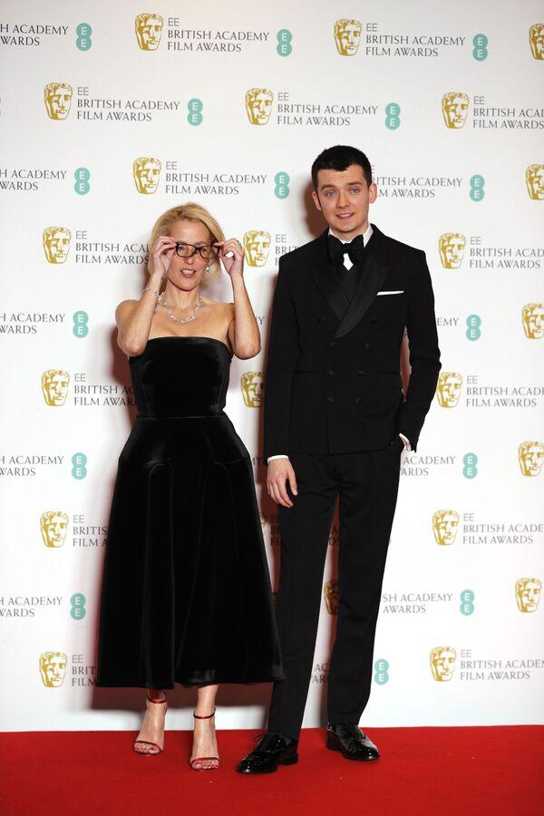 Herečka Gillian Andersonová a herec Asa Butterfield na červeném koberci BAFTA v Londýně - Sputnik Česká republika