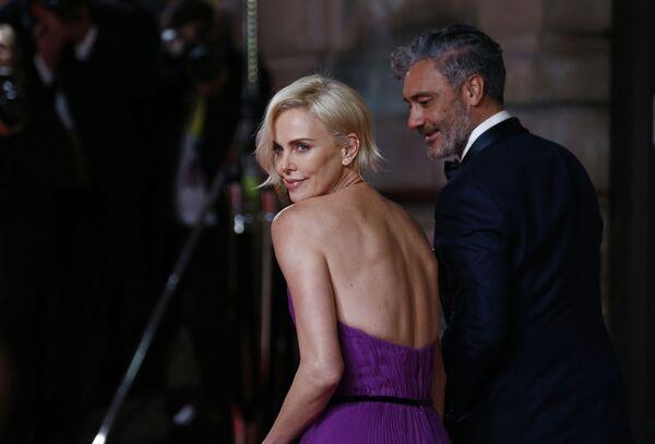 Herečka Charlize Theronová a herec Taika Waititi na červeném koberci BAFTA v Londýně - Sputnik Česká republika