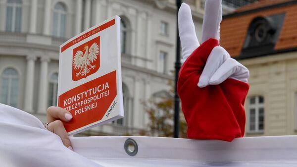 Účastníci mítinku na podporu soudců Nejvyššího soudu Polska před prezidentským palácem ve Varšavě - Sputnik Česká republika