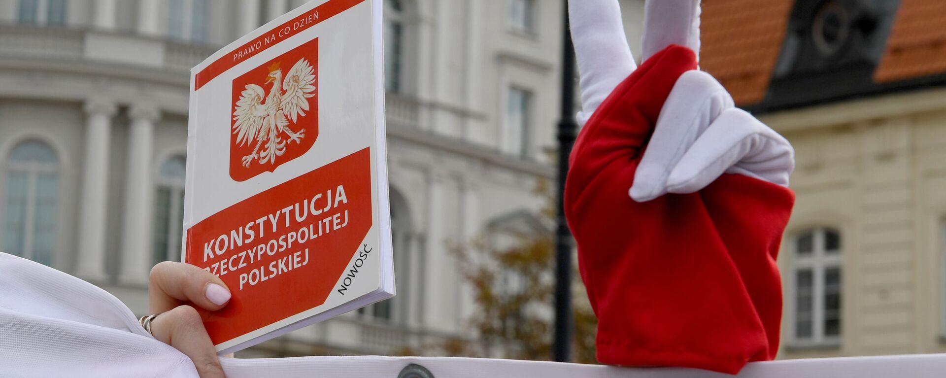 Účastníci mítinku na podporu soudců Nejvyššího soudu Polska před prezidentským palácem ve Varšavě - Sputnik Česká republika, 1920, 04.02.2020