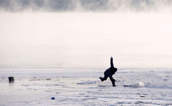 Rybář na řece Jenisej v Krasnojarsku - Sputnik Česká republika