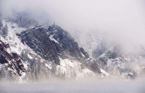Skála Monach v mrazivé mlze na řece Jenisej nedaleko Divnogorsku v Krasnojarském kraji - Sputnik Česká republika