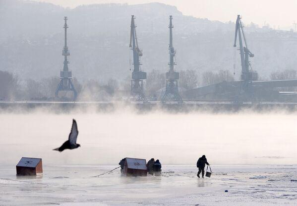 Rybáři na ledě řeky Jenisej v Krasnojarsku  - Sputnik Česká republika