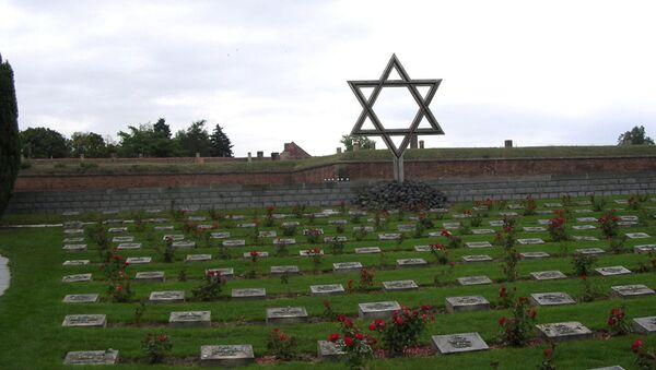 Pomník před bývalým ghettem v Terezíně v České republice - Sputnik Česká republika