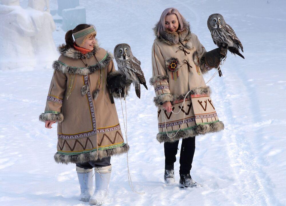 Zaměstnankyně Darja Koščejevová a Darja Čerepanovová během procházky se dvěma puštíky v Zoo flóry a fauny Rojev ručej v sibiřském městě Krasnojarsk