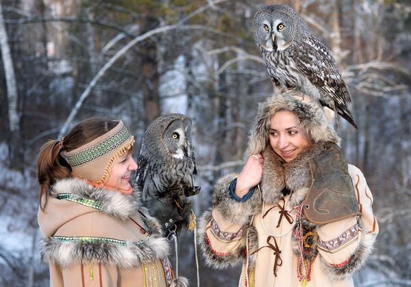 Zaměstnankyně Darja Koščejevová a Darja Čerepanovová během procházky se dvěma puštíky v Zoo flóry a fauny Rojev ručej v sibiřském městě Krasnojarsk  - Sputnik Česká republika