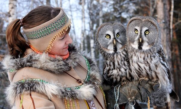 Zaměstnankyně Darja Koščejevová drží na ruce dva puštíky během procházky a cvičení v Zoo flóry a fauny Rojev ručej v sibiřském městě Krasnojarsk - Sputnik Česká republika