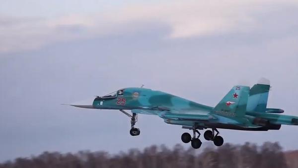 Piloti Su-34 předvedli mistrovství při úplné tmě a maximální oblačnosti - Sputnik Česká republika