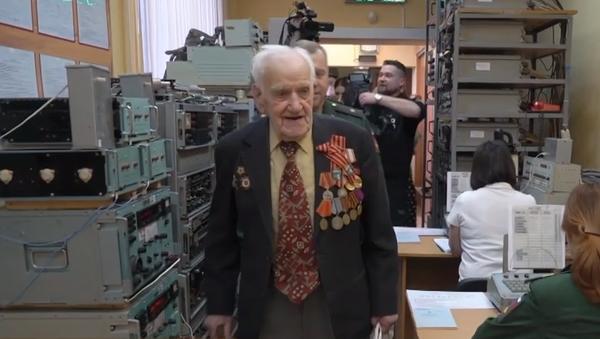 Frontový voják se po 75 letech vrátil do křesla radisty a předvedl mistrovský kousek - Sputnik Česká republika