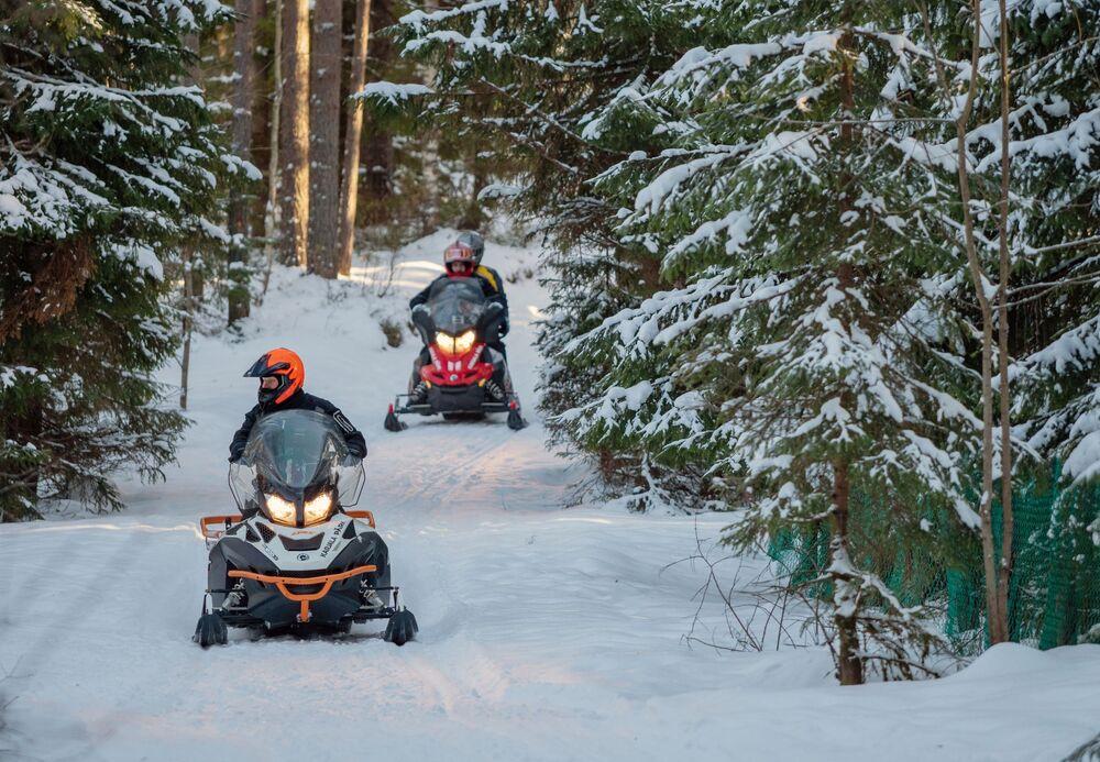 Turisté jezdí na sněžných skútrech