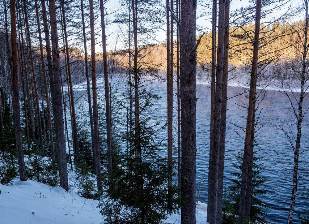 """Břeh řeky Šuja na území turistického komplexu """"Karjala park"""" v Karelské republice v Rusku"""