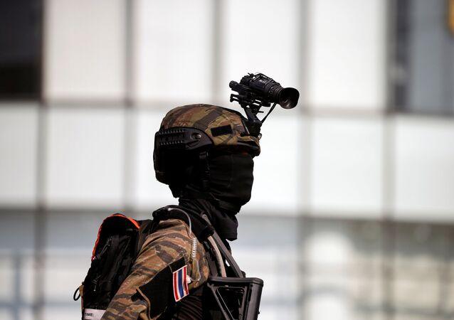 Thajský voják u obchodního centra Terminal 21 po střelbě