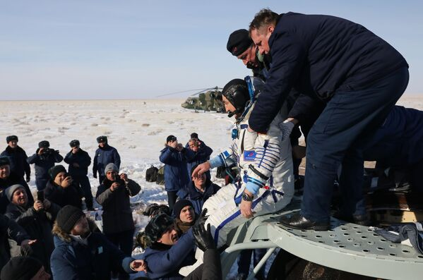 Kosmonaut společnosti Roskosmos Alexandr Skvorcov po přistání v Kazachstánu s dalšími členy posádky Mezináridní kosmické stanice  - Sputnik Česká republika