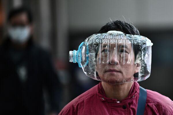 Obyvatel Hongkongu používá plastovou láhev jako masku proti koronaviru - Sputnik Česká republika
