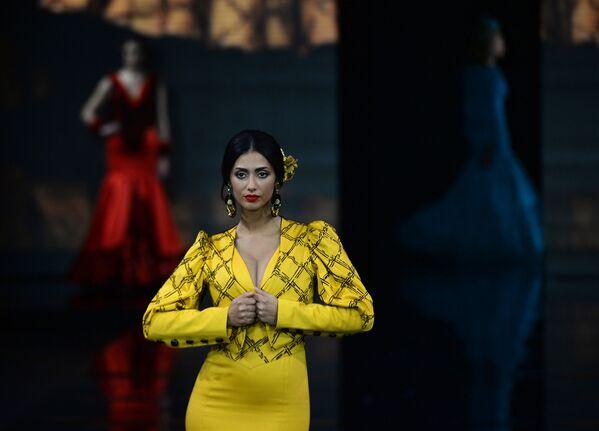 Modelka v šatech od Loli Vera během módní přehlídky International Flamenco Fashion Show (SIMOF) v Seville, Španělsko - Sputnik Česká republika