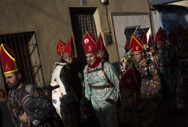 Účastníci tradičního festivalu Endiablada v Almonacid del Marquesado, Španělsko - Sputnik Česká republika