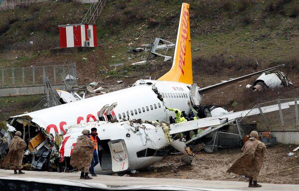 Letadlo Boeing 737 společnosti Pegasus Airlines se vykutálelo z přistávací dráhy v Istanbulu, Turecko - Sputnik Česká republika