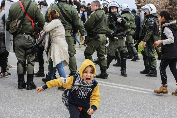 Střety migrantů a policie v uprchlickém táboře na ostrově Lesbos, Řecko - Sputnik Česká republika