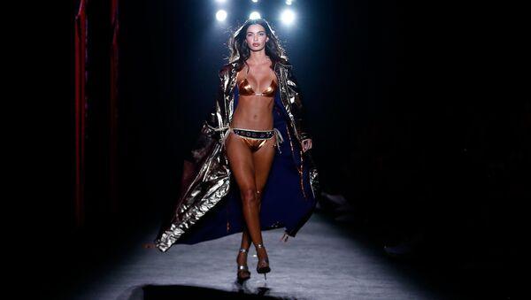 Modelka během přehlídky Custo Barcelona. Barcelona 080 Fashion Week, Barcelona - Sputnik Česká republika