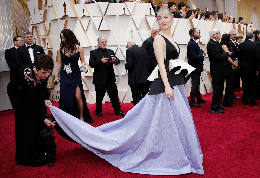 Herečka Saoirse Ronanová na červeném koberci. Udělování Oscara 2020 v Los Angeles, USA.
