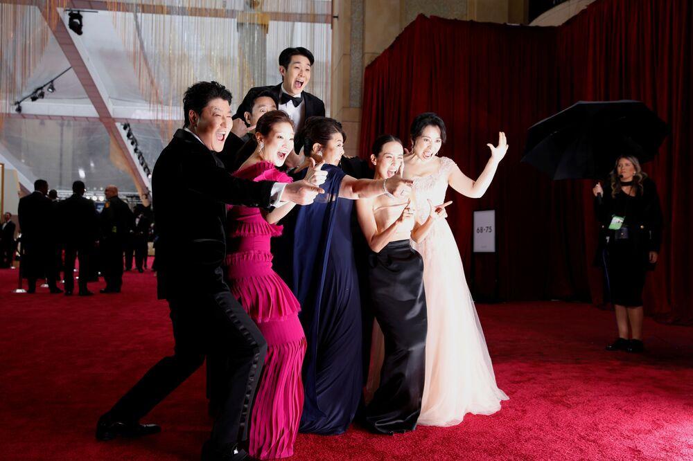 Herci jihokorejského filmu Parazit na červeném koberci. Udělování Oscara 2020 v Los Angeles, USA.