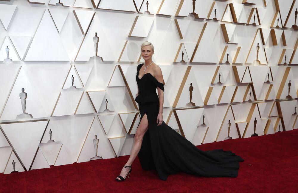 Herečka Charlize Theronová na červeném koberci. Udělování Oscara 2020 v Los Angeles, USA.